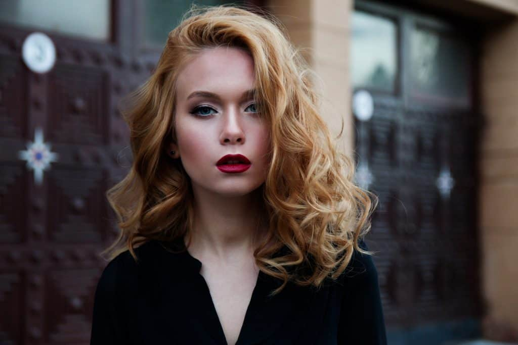Image of a blonde woman with big, loose curls, hair type 3a